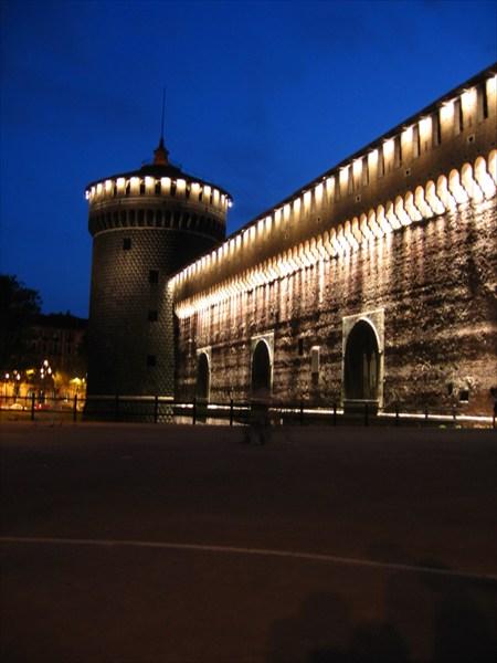 на фото: Стекающие огни  замка Де Веккьо
