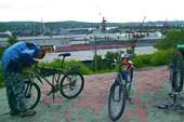 Фото. 1. Мурманск. Сборка байков на фоне морского порта.