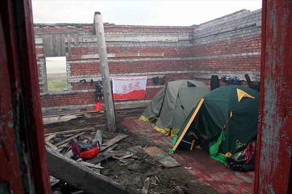 Фото. 25. Наш бивак в разрушенной котельной Скорбеевки