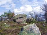 Фото. 74. Здоровенный валуна на вершине горы