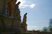 Вход оберегают две статуи святых