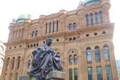 Здание Королевы Виктории (QVB) и памятник ей же.