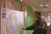 Напарник ещё раз внимательно изучает карту предстоящего маршрута