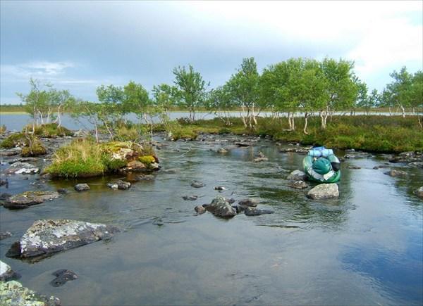 Протоки между озёрами забиты камнями