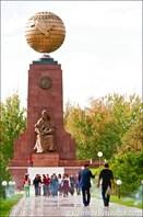 Площадь Независимости, глобус Узбекистана