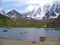 """Вид с """"южного"""" берега озера на горные вершины"""