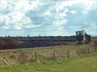 Поезд, гружёный торфом, следует на ТЭС