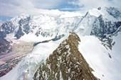 Взгляд на Аккемский ледник и Белуху с пика Рериха