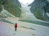 Снимок с ледника Мюшту-Айры. На заднем фоне перевал Вектор.