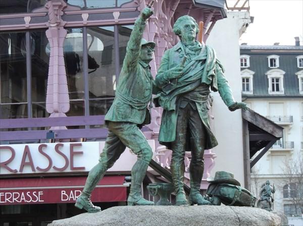 Памятник первопокорителям Монблана Жаку Бальма и Мишелю Паккару.