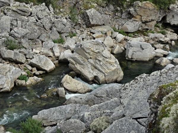 Глыба в русле реки