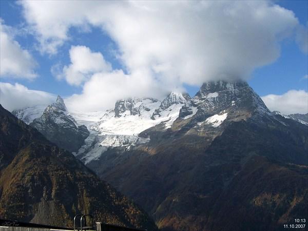 Вершина Белалакая вся пока в облаках