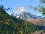 Вершина Белалакая, возвышающаяся над Домбайской полояной.