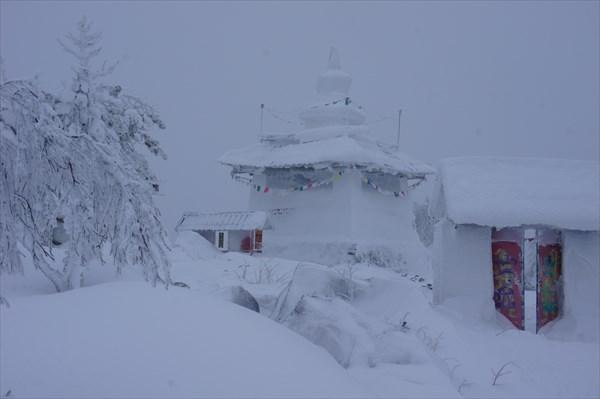 на фото: Шад Тчуп Линг. Ступа Пробуждения укрыта снегом.