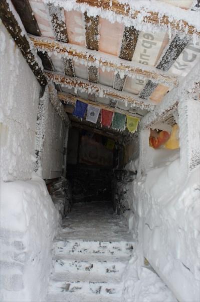 Молитвенные флажки над входом.