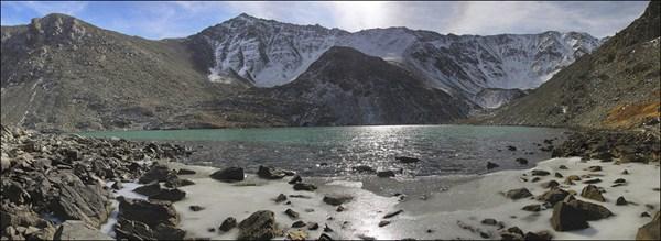 на фото: Безымянное озеро под вершиной Талдуайр 3505м