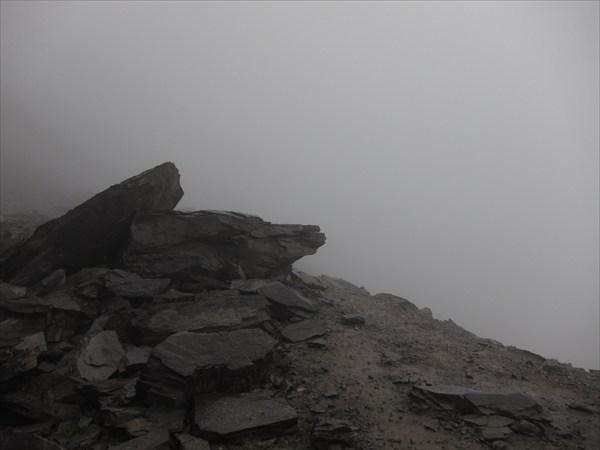 Мгла на серпантине перевала Кегеты