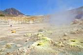 Сероводородные выбросы из кратера вулкана