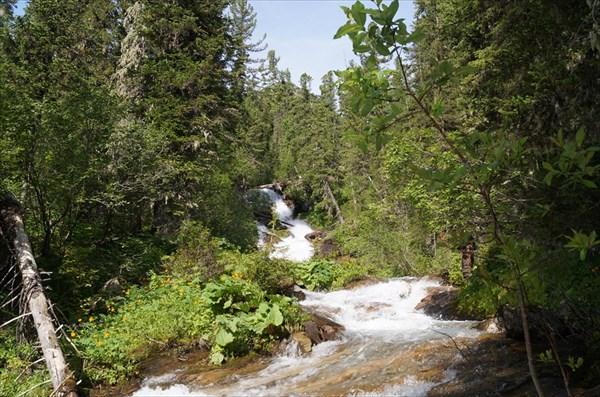 Водопадный ручей выткающий из озера 1620,7 м.
