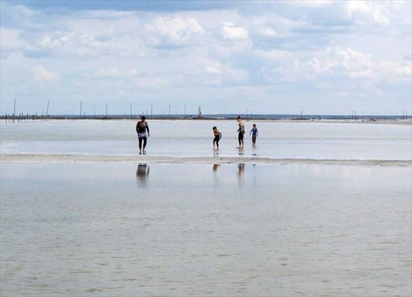 Принимают грязе-солевые ванны