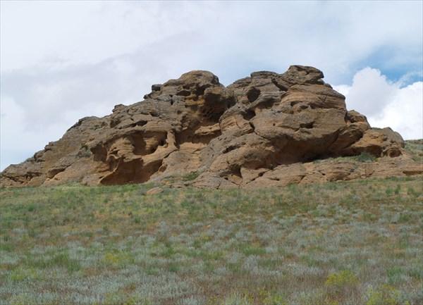 Причудливые скалы среди степи
