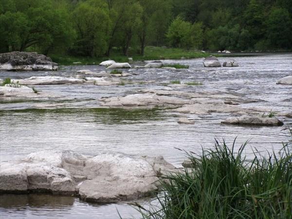 Камень слева - затягивает течение
