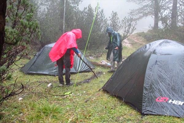 Дождь, копаем канавку для отвода воды