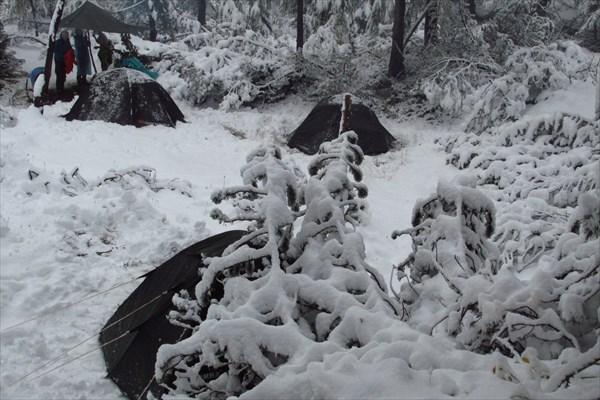Ночью этот снег подтает и будет с грохотом падать на палатку