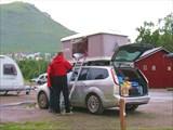 Так некоторые ночуют в кемпинге в Тромсё. Палатка на крыше.