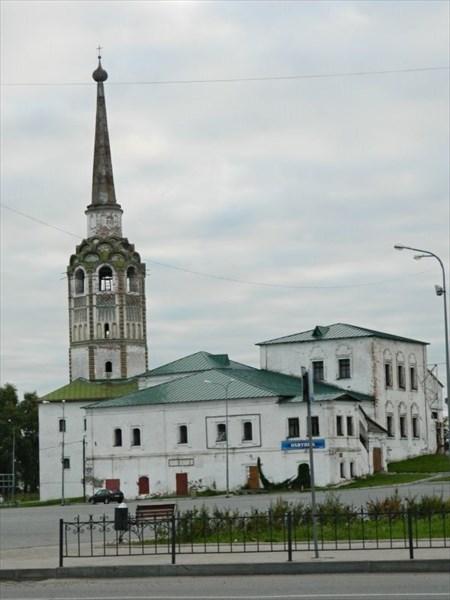Воскресенская церковь и колокольня.
