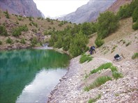 У озера