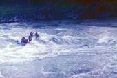 Катамаран на бурной воде