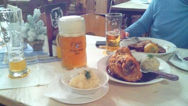 Знаменитая рулька и пиво вайсберг