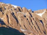 Скалы на спуске с пер. Эпчик освещены заходящим солнцем.