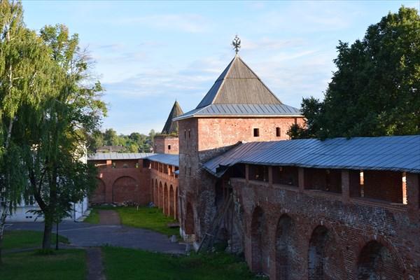 Обветшалые стены кремля