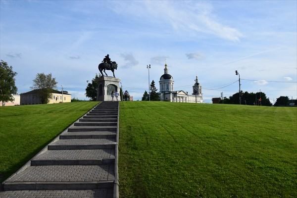 Памятник Дмитрию Донскому и церковь Михаила Архангела