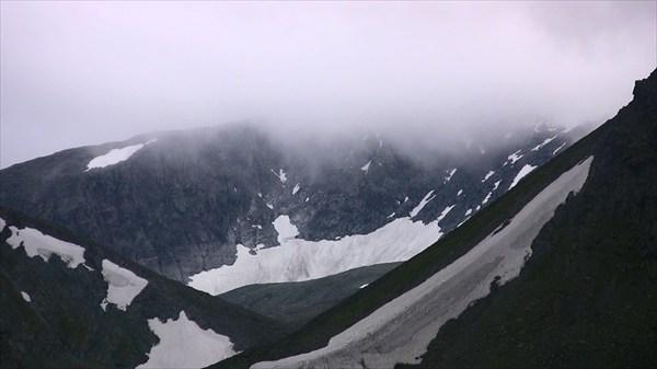 В долине Глетчерного ручья просматривается ледник Пальгова.