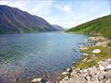 В средней части озера.