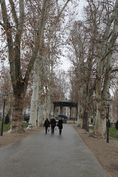 на фото: Площадь Николы Шубича Зринского
