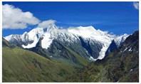 Вид на Белуху и пик 20-летия Октября с вершины 2804