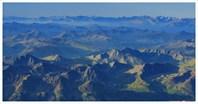 Вид с Восточной Белухи на юг. Над цепями гор