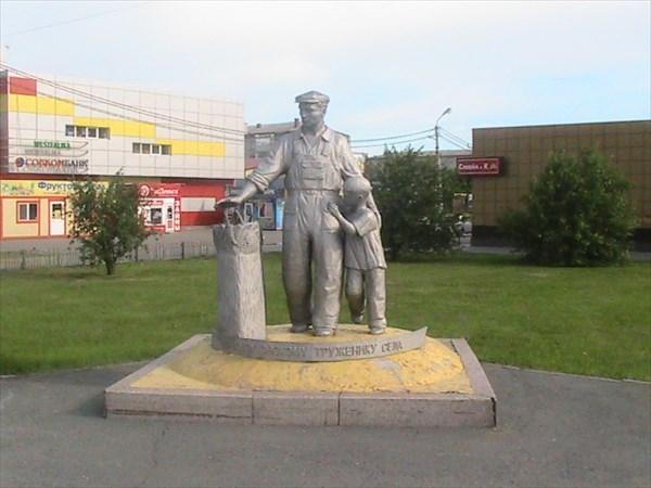 Памятник крестьянину в Заводоуковске.