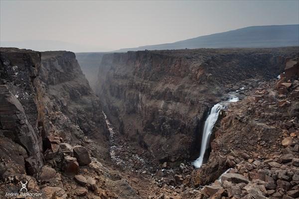 на фото: Водопад каньона реки Хикакаль.