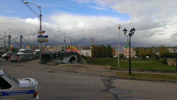 Перешли мост - позади Заднепровский район