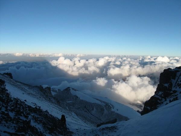 на фото: Рассвет на пути к вершине