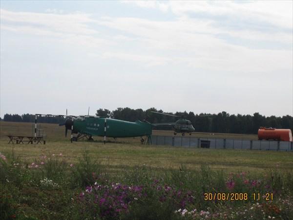 на фото: Взлет вертолета