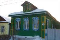В городе много домиков с красивыми резными ставнями