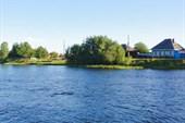 Город и река.