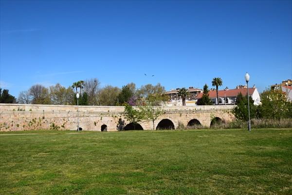 Римский мост рядом с акведуком