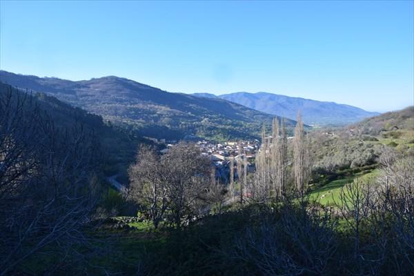 Подъём в гору, позади остаётся Баньос-де-Монтемайор